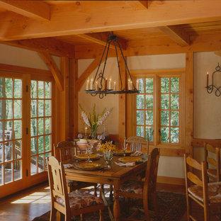 Foto di una sala da pranzo aperta verso la cucina chic con pareti gialle e pavimento in legno massello medio