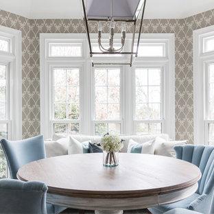 シャーロットの中サイズのトランジショナルスタイルのおしゃれなダイニングキッチン (グレーの壁、茶色い床) の写真