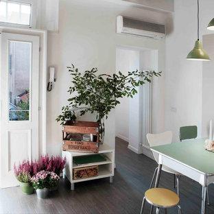 Ejemplo de comedor bohemio con paredes blancas y suelo de madera oscura