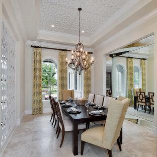 Ispirazione per una grande sala da pranzo aperta verso la cucina design con pareti beige e pavimento in pietra calcarea