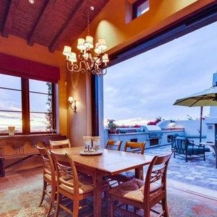 Bild på ett mellanstort medelhavsstil kök med matplats, med bruna väggar, klinkergolv i terrakotta och brunt golv