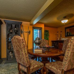 Idee per una sala da pranzo aperta verso il soggiorno chic di medie dimensioni con pareti arancioni, pavimento in ardesia, nessun camino e pavimento grigio