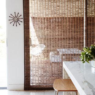 Diseño de comedor de cocina retro, grande, sin chimenea, con paredes blancas y suelo de mármol