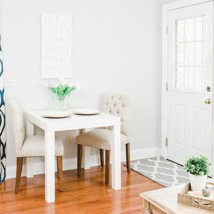 Idées déco pour une salle à manger classique avec un mur blanc et un sol en bois brun.