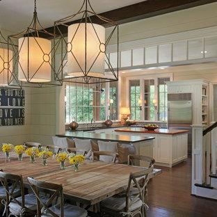 Ispirazione per una sala da pranzo aperta verso la cucina stile rurale con parquet scuro e pavimento marrone