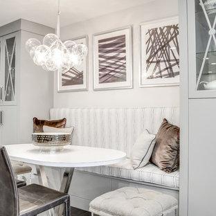 フィラデルフィアの中サイズのトランジショナルスタイルのおしゃれなダイニングキッチン (白い壁、淡色無垢フローリング、茶色い床) の写真