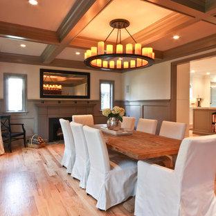 Foto di una sala da pranzo chic con pareti beige e pavimento in legno massello medio