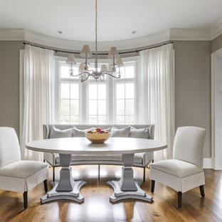 Imagen de comedor tradicional, grande, cerrado, con suelo de madera en tonos medios y paredes grises