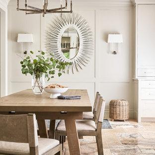 Foto di una grande sala da pranzo aperta verso la cucina tradizionale con pavimento in travertino, pareti beige e pavimento beige