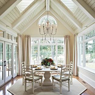 Стильный дизайн: столовая с бежевыми стенами, темным паркетным полом и коричневым полом - последний тренд