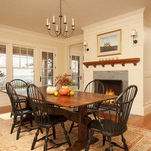 Idee per una sala da pranzo vittoriana con pareti beige, pavimento in legno massello medio e camino classico
