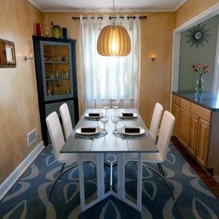 Foto di una piccola sala da pranzo aperta verso la cucina minimalista con pareti con effetto metallico e moquette
