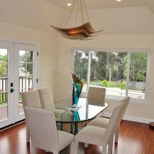 Aménagement d'une salle à manger classique fermée et de taille moyenne avec un sol en bois brun, un sol orange, un mur beige et aucune cheminée.