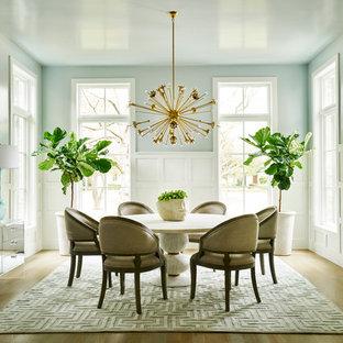 Klassisches Esszimmer mit blauer Wandfarbe und hellem Holzboden in Dallas