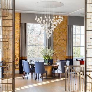 Immagine di una sala da pranzo contemporanea di medie dimensioni con pareti arancioni, parquet chiaro e pavimento beige