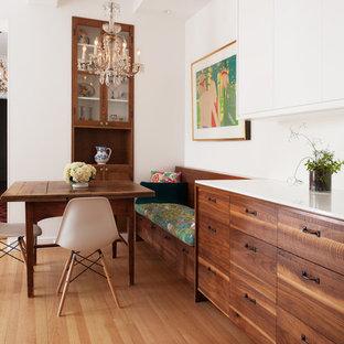 Idee per una sala da pranzo aperta verso il soggiorno minimal di medie dimensioni con pareti bianche e parquet chiaro