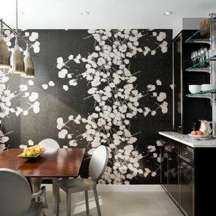 Diseño de comedor de cocina contemporáneo, grande, con paredes multicolor y suelo de mármol
