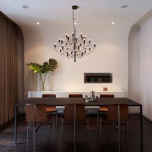 Ejemplo de comedor minimalista con paredes blancas y suelo de madera oscura