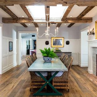 Ispirazione per una sala da pranzo country chiusa con pareti multicolore, pavimento in legno massello medio, camino classico, cornice del camino piastrellata e pavimento marrone