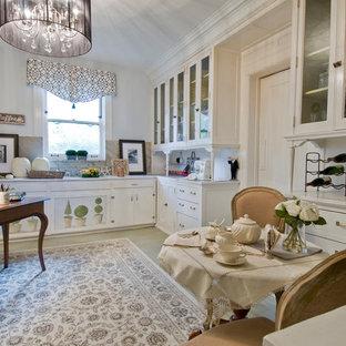 Esempio di una grande sala da pranzo classica chiusa con pareti grigie, pavimento in vinile, nessun camino e pavimento beige