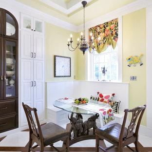 Idéer för mellanstora vintage separata matplatser, med klinkergolv i porslin, gula väggar och flerfärgat golv