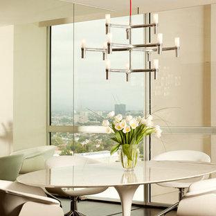 Foto di una sala da pranzo aperta verso il soggiorno moderna di medie dimensioni con pareti beige, parquet scuro, nessun camino e pavimento marrone
