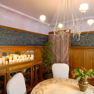 Exemple d'une salle à manger éclectique avec un mur blanc.