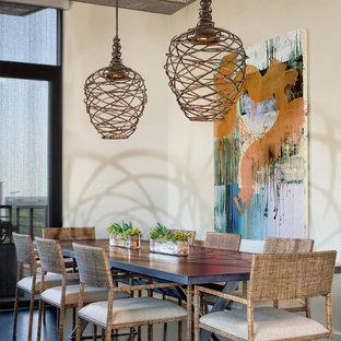 Foto di una sala da pranzo stile rurale con pareti bianche e parquet scuro