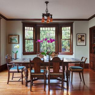 Ejemplo de comedor clásico, cerrado, sin chimenea, con paredes verdes y suelo de madera en tonos medios
