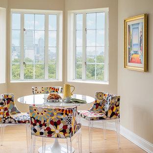 Mittelgroße Stilmix Wohnküche ohne Kamin mit beiger Wandfarbe, hellem Holzboden und braunem Boden in Boston