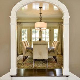 Foto de comedor clásico, de tamaño medio, cerrado, sin chimenea, con paredes amarillas y suelo de madera oscura