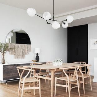 Idées déco pour une salle à manger scandinave avec un mur blanc, un sol en bois clair et aucune cheminée.
