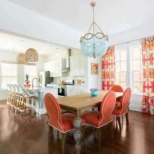 Kolonialstil Wohnküche mit weißer Wandfarbe, dunklem Holzboden und braunem Boden in Charleston