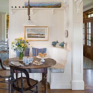 Esempio di una sala da pranzo aperta verso la cucina stile marino di medie dimensioni con pareti bianche, parquet scuro e nessun camino