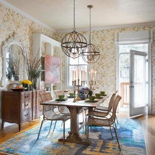 Immagine di una sala da pranzo chic chiusa e di medie dimensioni con pareti multicolore, pavimento in legno massello medio, pavimento marrone e camino classico