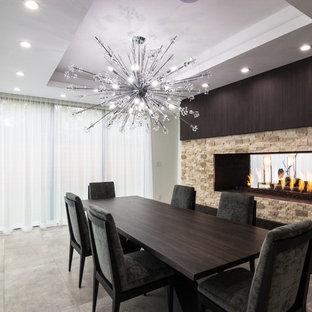 Idee per una grande sala da pranzo minimal chiusa con pavimento in gres porcellanato, camino bifacciale, cornice del camino in pietra, pareti bianche e pavimento marrone