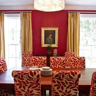 Esempio di una sala da pranzo tradizionale chiusa con pareti rosse