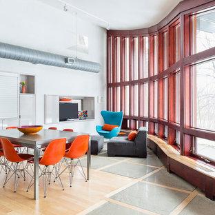 Modelo de comedor industrial, abierto, con paredes blancas, suelo de madera clara y suelo beige