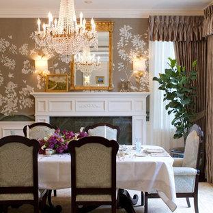 Inredning av en klassisk matplats, med flerfärgade väggar och en standard öppen spis
