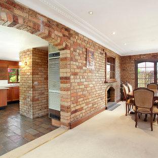 Diseño de comedor bohemio, cerrado, con moqueta, chimenea tradicional, marco de chimenea de ladrillo y suelo beige