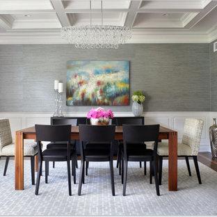 Стильный дизайн: отдельная столовая среднего размера в стиле современная классика с серыми стенами, кессонным потолком и обоями на стенах - последний тренд
