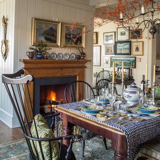 Пример оригинального дизайна: столовая в викторианском стиле с паркетным полом среднего тона, стандартным камином и белыми стенами