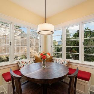 Ispirazione per una sala da pranzo aperta verso la cucina tradizionale di medie dimensioni con pavimento in gres porcellanato e pavimento grigio