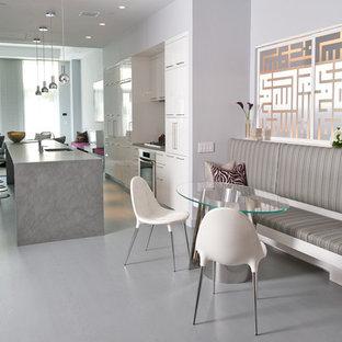 Diseño de comedor contemporáneo, de tamaño medio, cerrado, con paredes grises y suelo de mármol