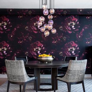 Foto di una sala da pranzo aperta verso la cucina minimal di medie dimensioni con pareti multicolore, moquette, nessun camino e pavimento grigio