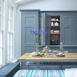 Modelo de comedor clásico, extra grande, abierto, sin chimenea, con paredes grises y suelo de mármol