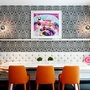 Modernes Esszimmer mit bunten Wänden und dunklem Holzboden in New York