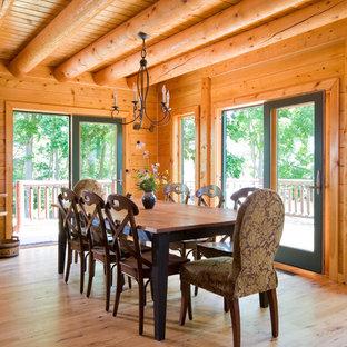 Неиссякаемый источник вдохновения для домашнего уюта: столовая в классическом стиле с паркетным полом среднего тона