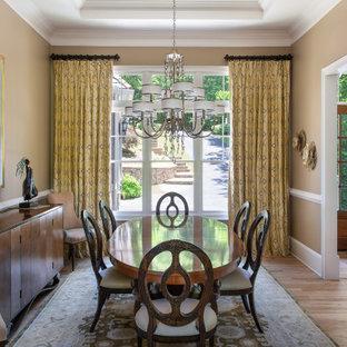Immagine di una sala da pranzo stile rurale con pareti beige, parquet chiaro, nessun camino, pavimento beige e soffitto ribassato