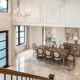 Diseño de comedor tradicional, grande, abierto, con paredes blancas, suelo de mármol y suelo beige